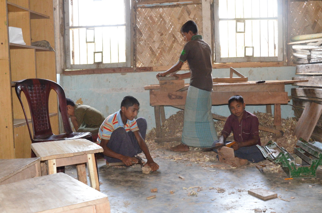 Refugees learning vopcational skills in Kutupalong Refugee Camp - By Tatiana Marra