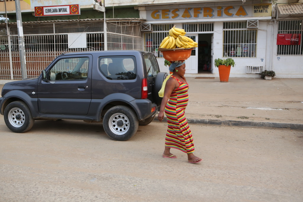 In Lunada, woman selling bananas on the street - photo Gerald Folly