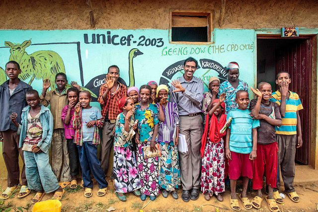 Tiye Fayissa of Unicef Ethiopia poses for photo with students at Oda Aniso Primary School in Oromia Region of Ethiopia 26 November 2013. © UNICEF Ethiopia