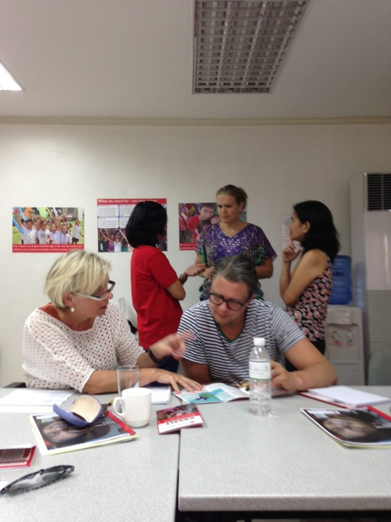 Title: Meet and great. Niclas is having a conversation with Stephanie and in the background you see collegues of save the children, Wendy, Susan and Erlie. Picture taken by Elise Jeronimus
